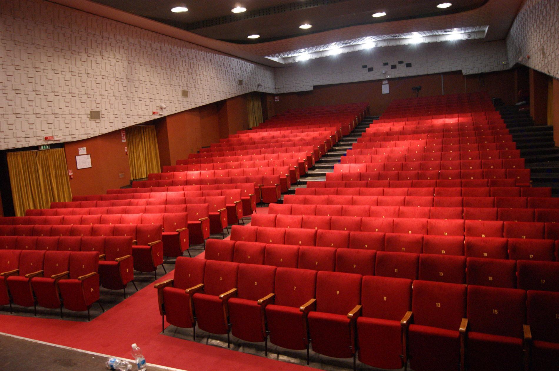 Le poltrone del teatro dehon di bologna hanno nuova vita for Poltrone teatro